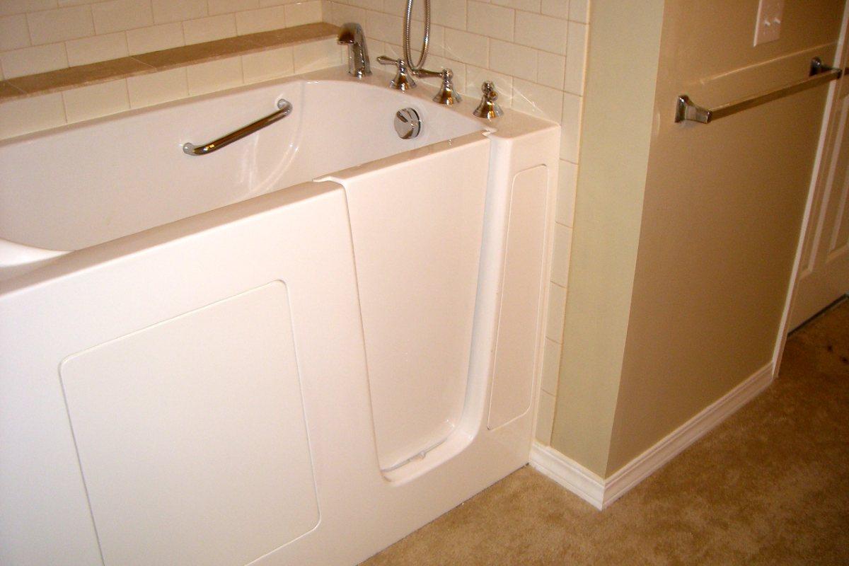 vasca da bagno con sportello per disabili e anziani